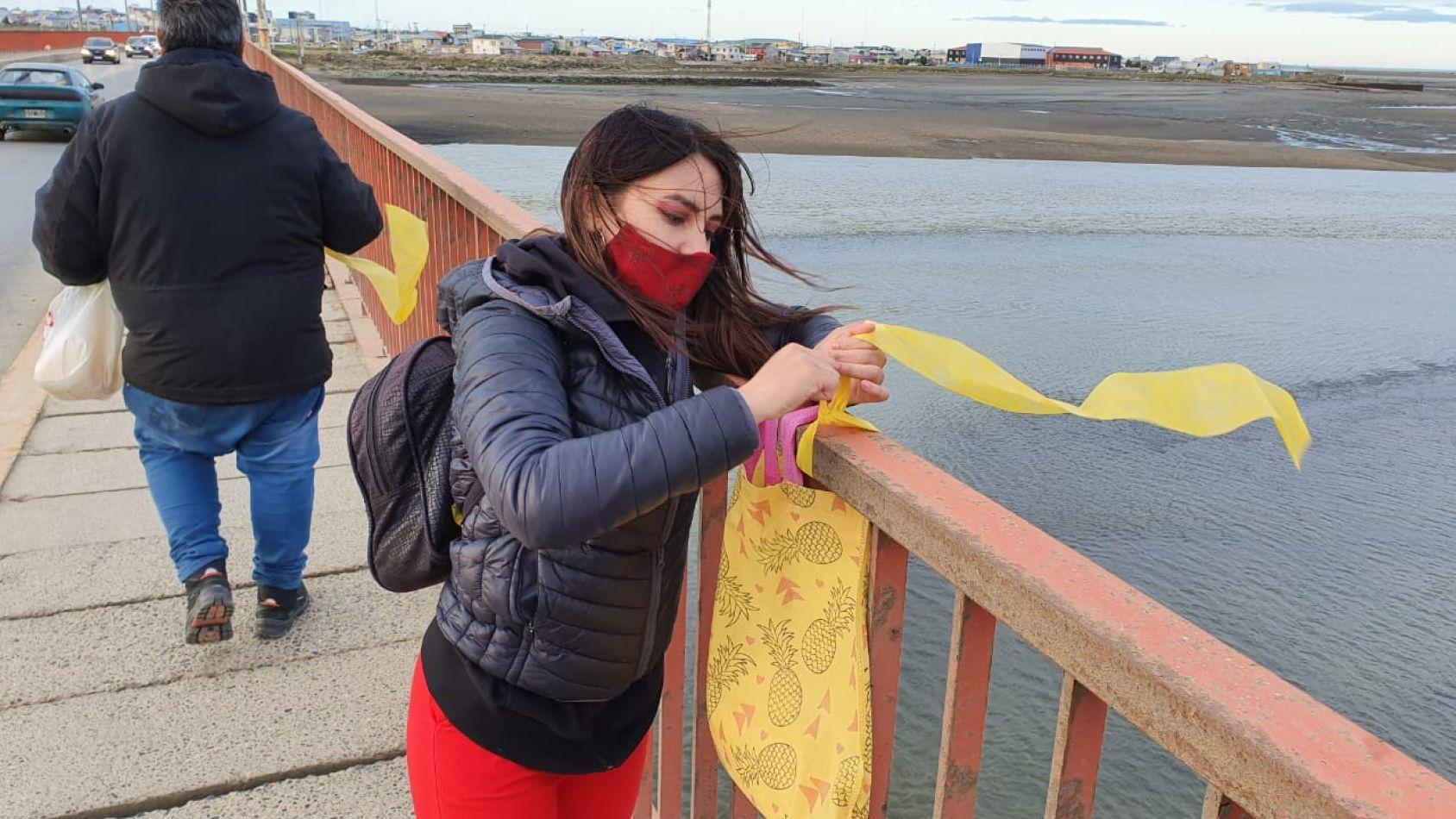 Las madres volvieron a colocar los pañuelos amarillos en el puente