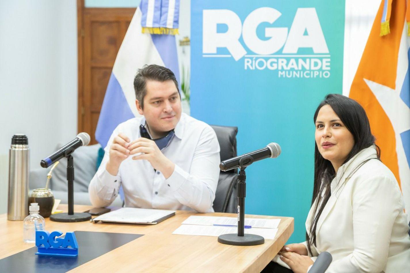 Intendente Martín Perez y la secretaria de la Mujer, Género y Diversidad, Alejandra Arce.