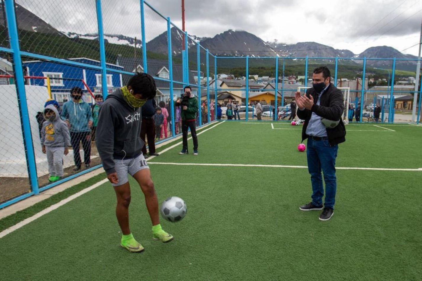 Vuoto inauguró el playón deportivo del barrio El Libertador.