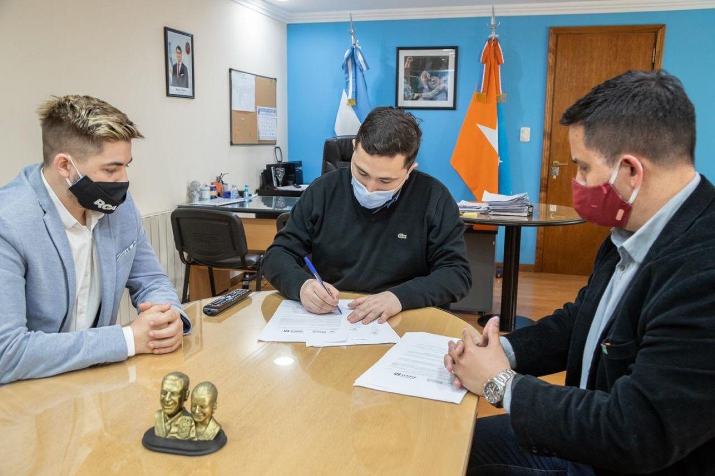 Municipio de Río Grande firma convenio con entidad educativa privada
