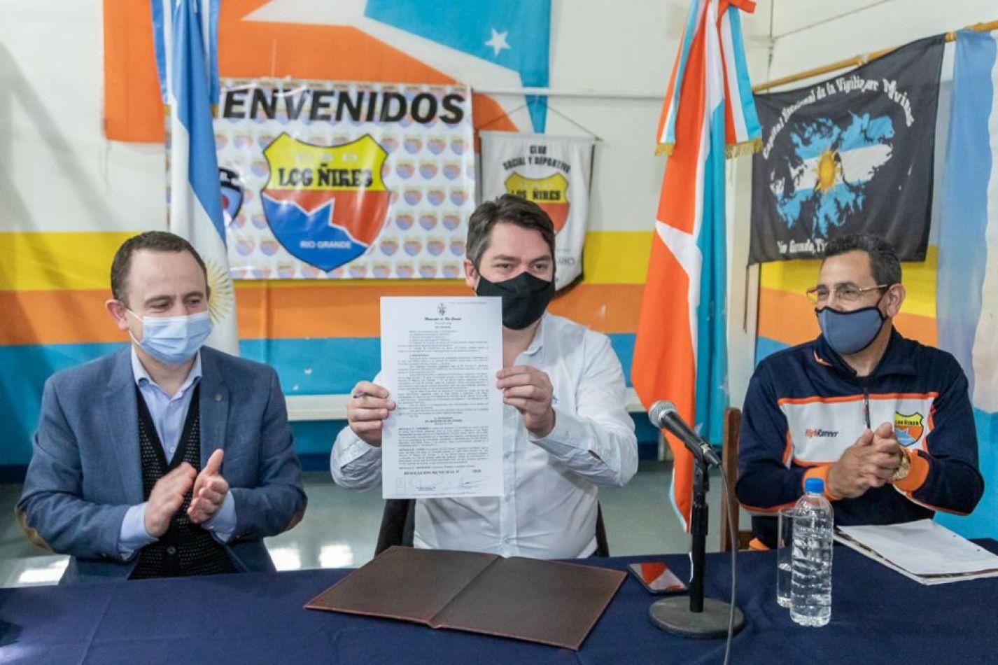 """El intendente Martín Perez encabezó la firma que establece la renovación del comodato del terreno al Club Social y Deportivo """"Los Ñires""""."""