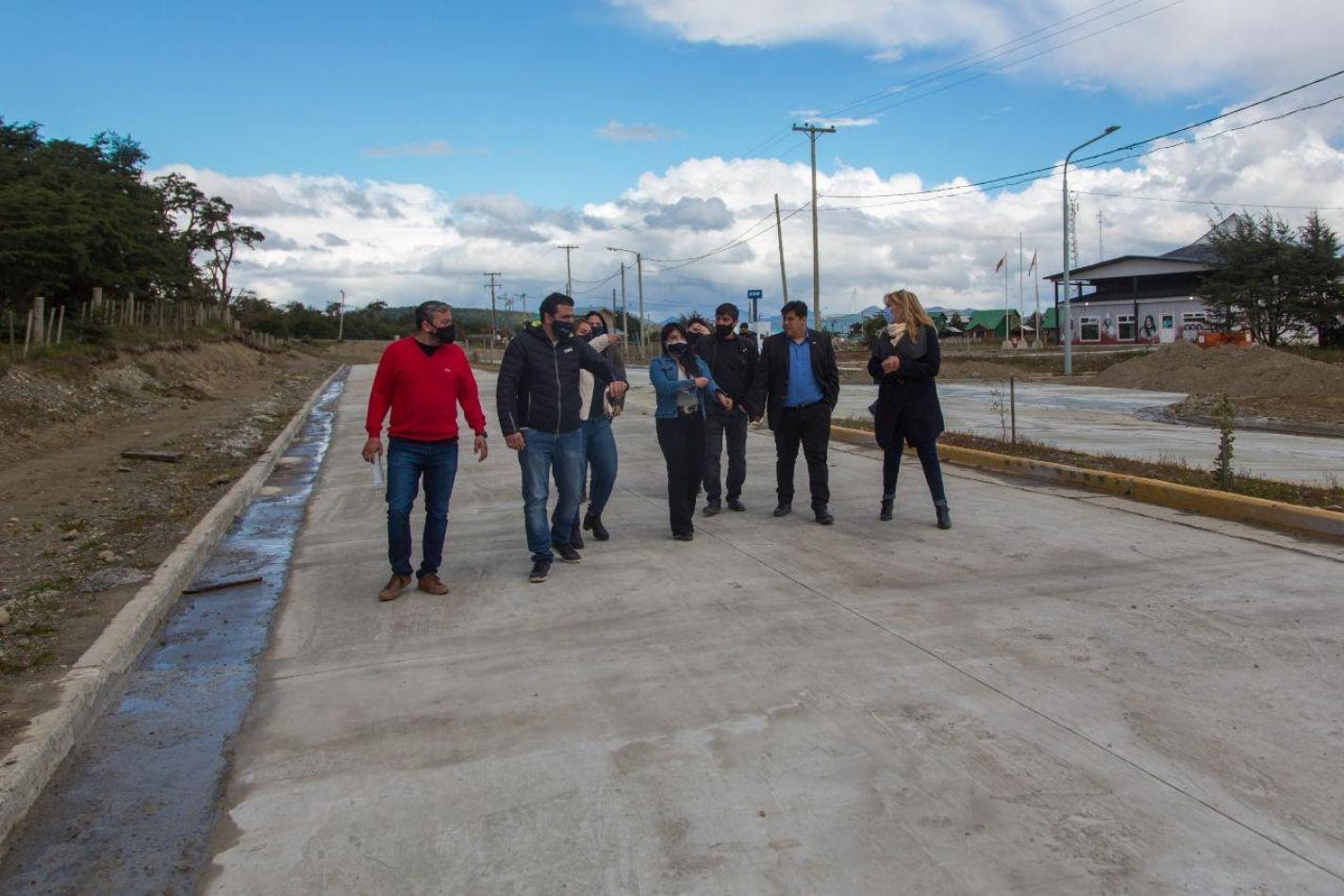 Vuoto recorrió en Tolhuin la obra de pavimentación de la avenida Los Ñires