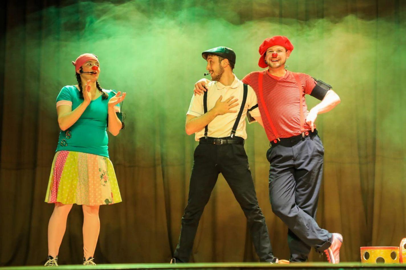 """Show de Clown y Circo de """"Lala, Fito y Tito"""", a cargo del grupo """"Rueda de la Bicicleta"""", un espectáculo de malabares, acrobacia y equilibrio."""