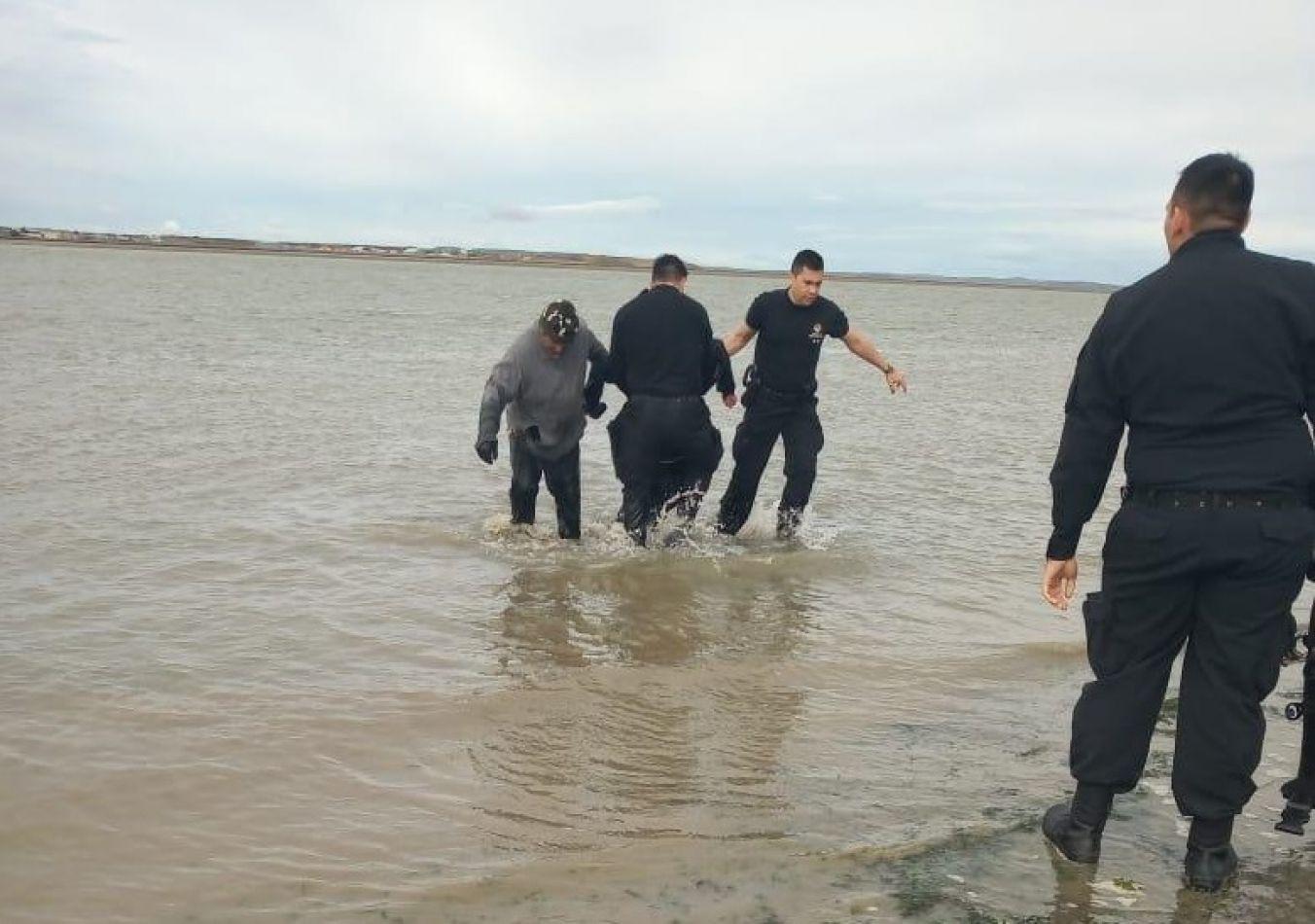 Un joven se tiró al río desde el puente Mosconi y fue rescatado