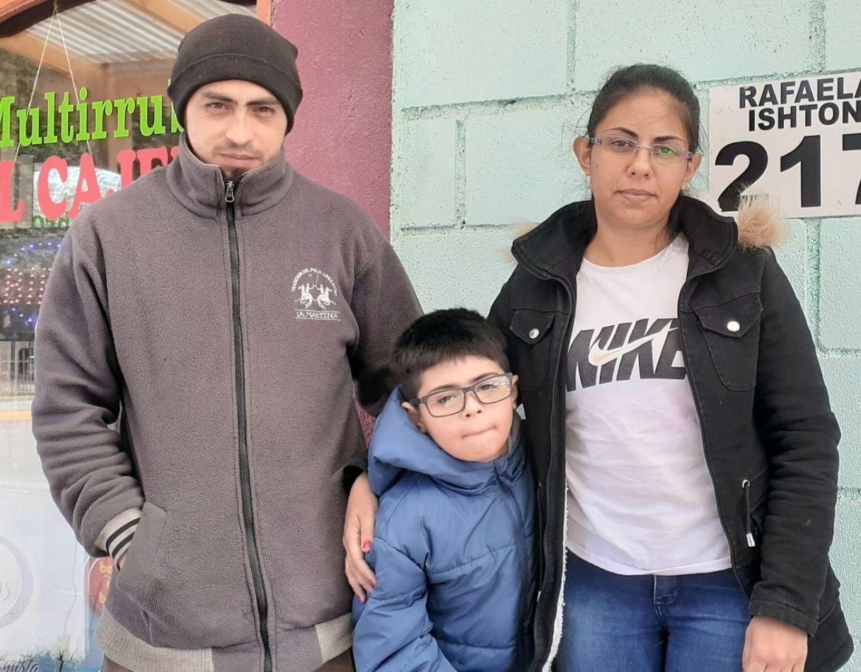 Calogero Aaron González, junto a sus padres, Pedro González y Valeria La Spada.