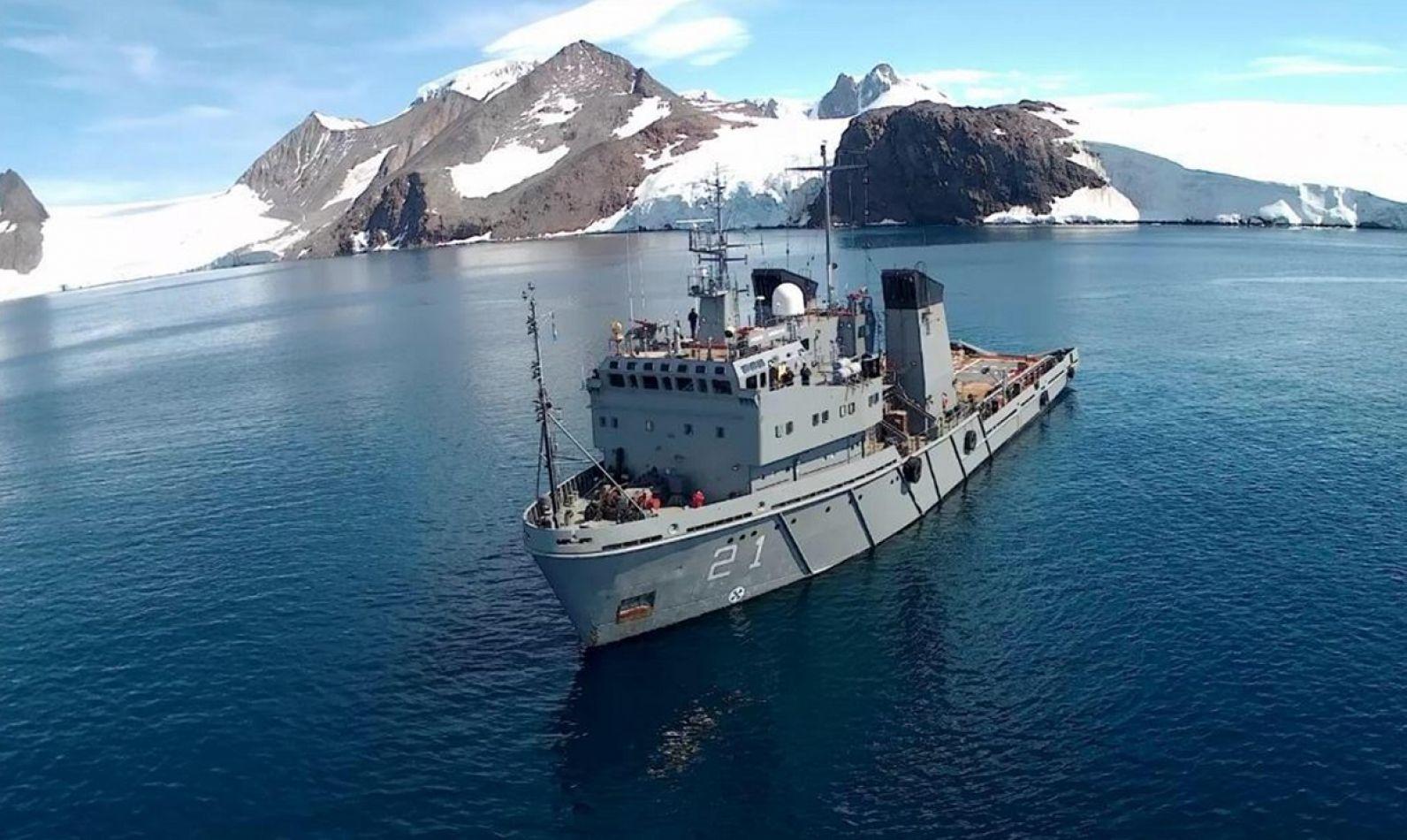 ARA Puerto Argentino navegando en la Antártida Argentina.