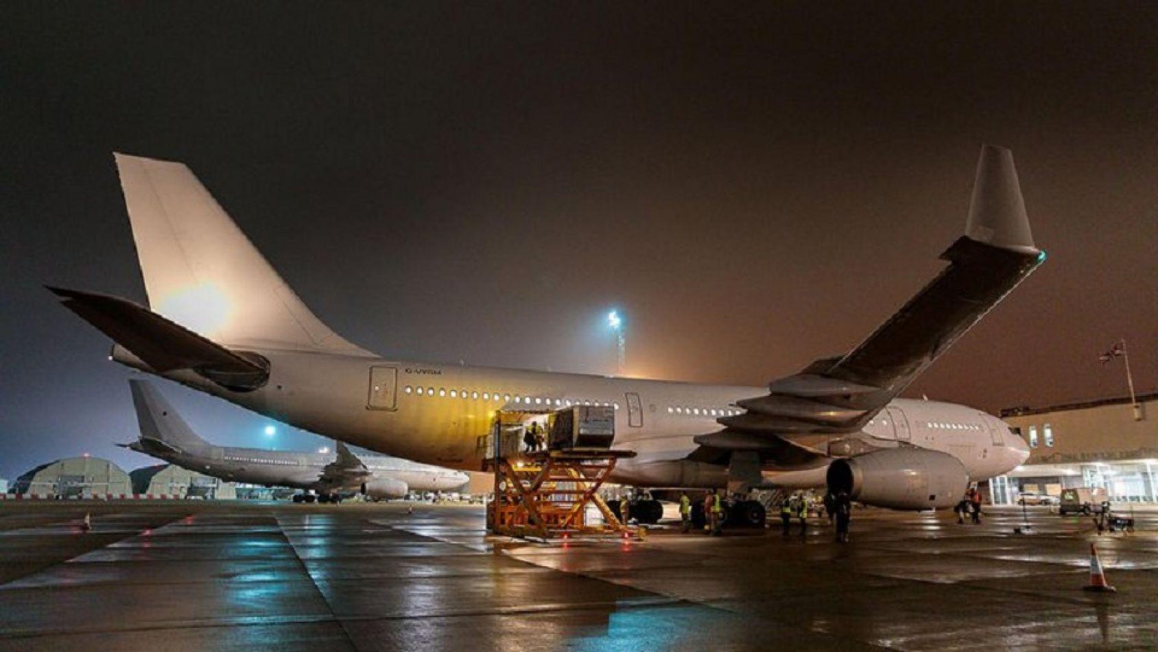 El avión militar de la Royal Navy que envío las vacunas de Oxford-AstraZeneca.