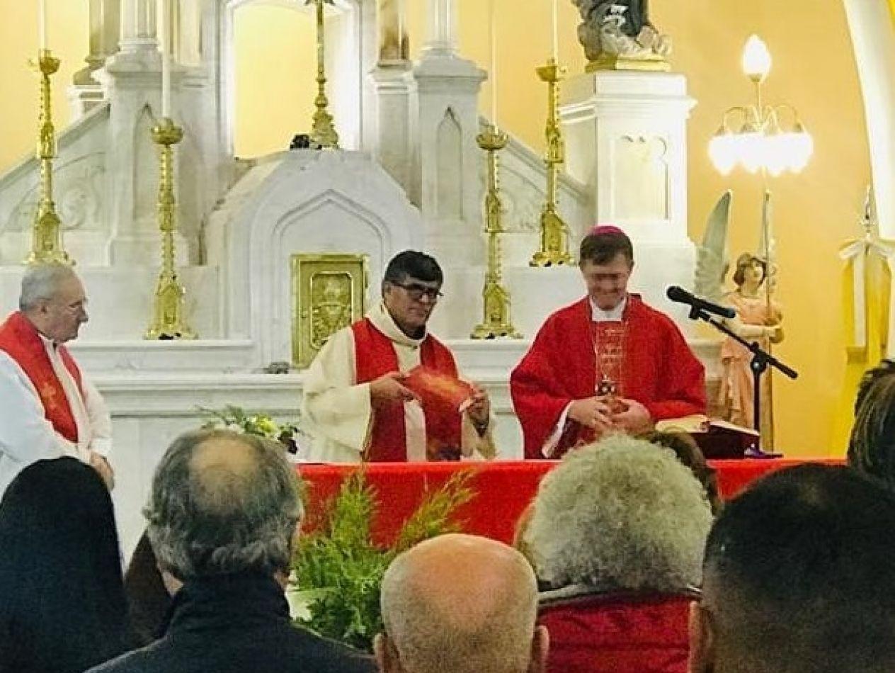 El sacerdote que casó a un hombre con un trans, fue trasladado a otra provincia.