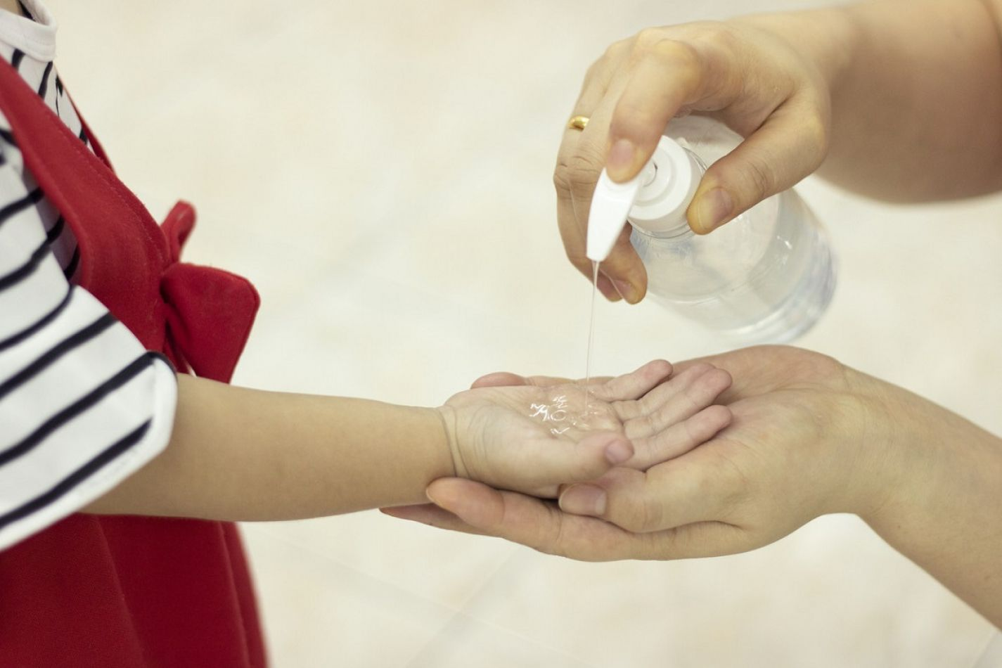 Sanitizar las manos, el distanciamiento social y el uso del barbijo, será obligatorio para todos.