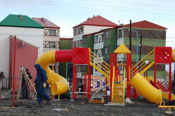 la plaza está ubicada frente al polideportivo de Chacra II.
