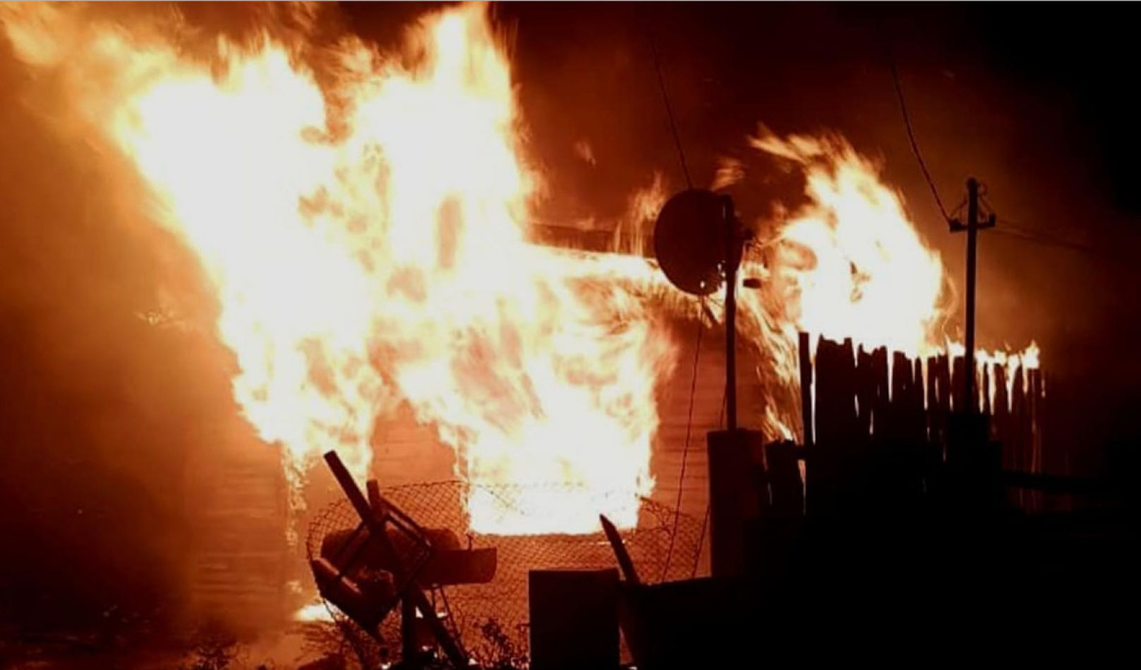 Un hombre joven quedó atrapado por las llamas y murió.