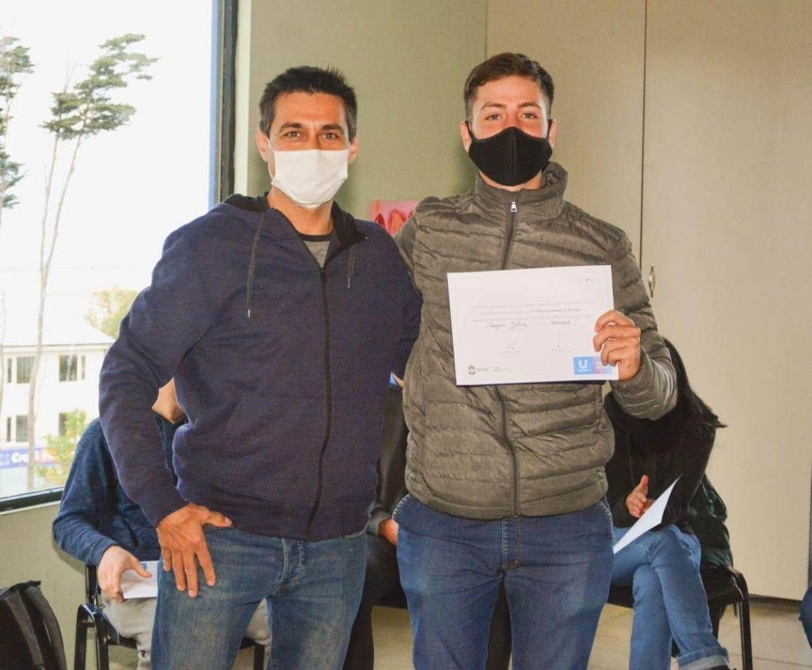 Entrega de certificados a jóvenes ushuaienses que acompañaron las colonias de verano