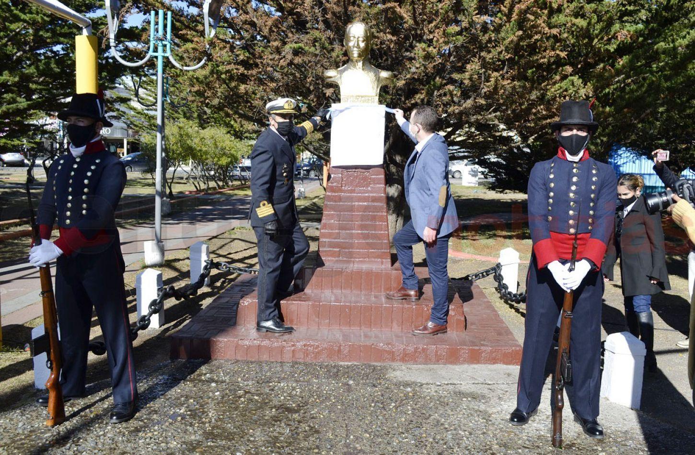 El Capitán de Navío IM Mario Bilesio, junto al Dr. Gastón Díaz, secretario de Gobierno municipal, dejó una ofrenda floral en la imagen que recuerda al
