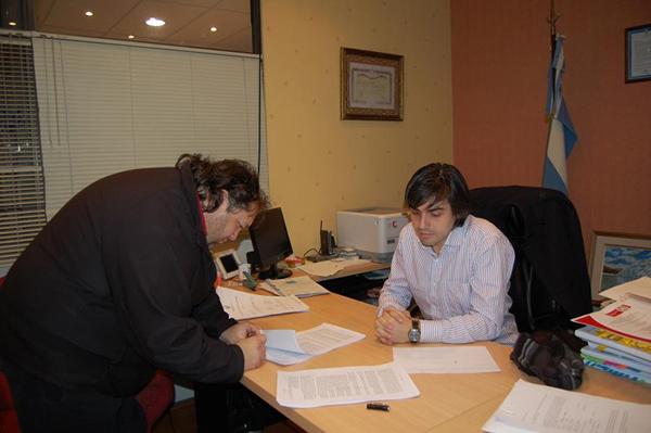 Paulino Rossi rubrica el acuerdo con un representante gremial de Obras Sanitarias.