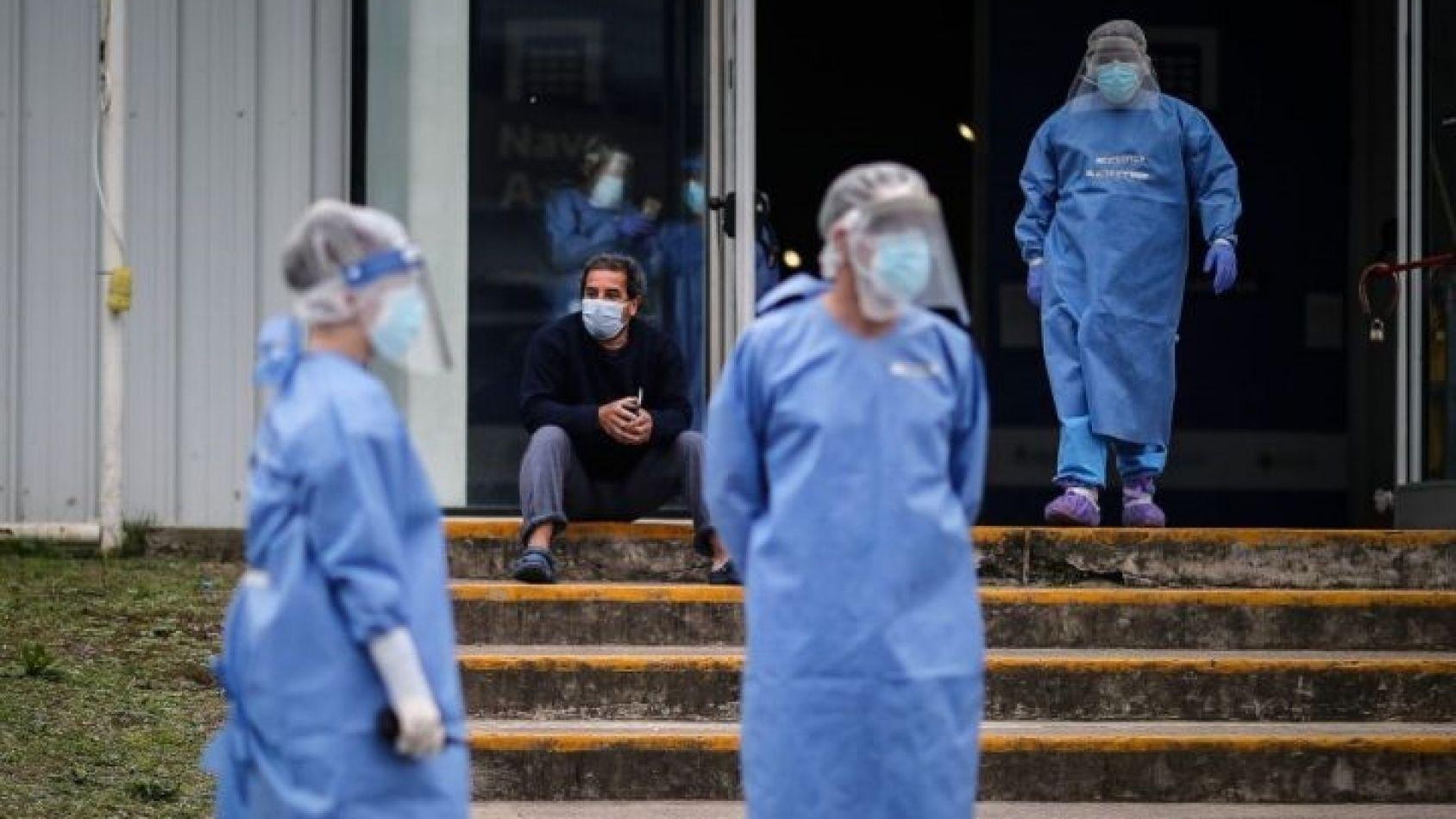 Profesionales de la salud aguardando el arribo de un paciente.