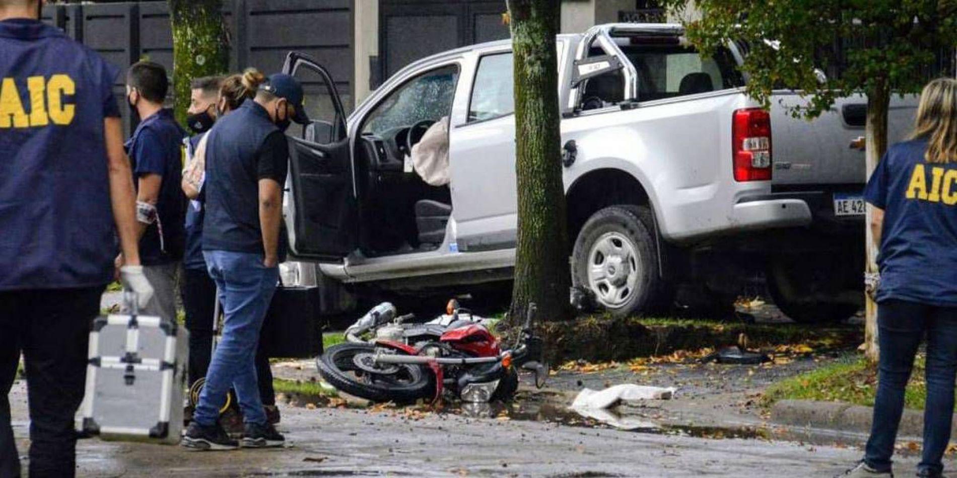 Escena final de la persecución, la camioneta Chevrolet sobre uno de los ladrones.