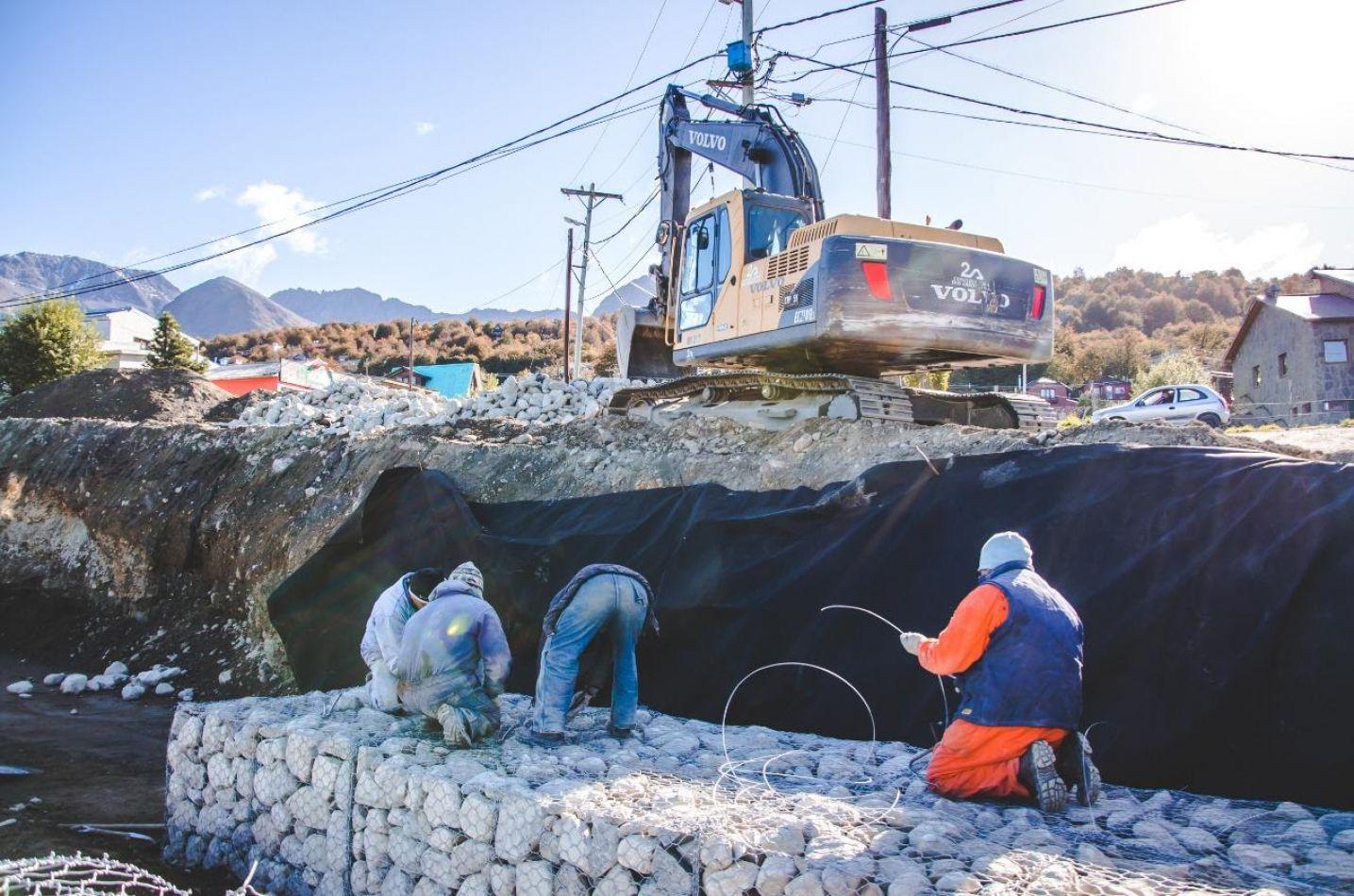 Construyen un muro de contención en el barrio Ecológico