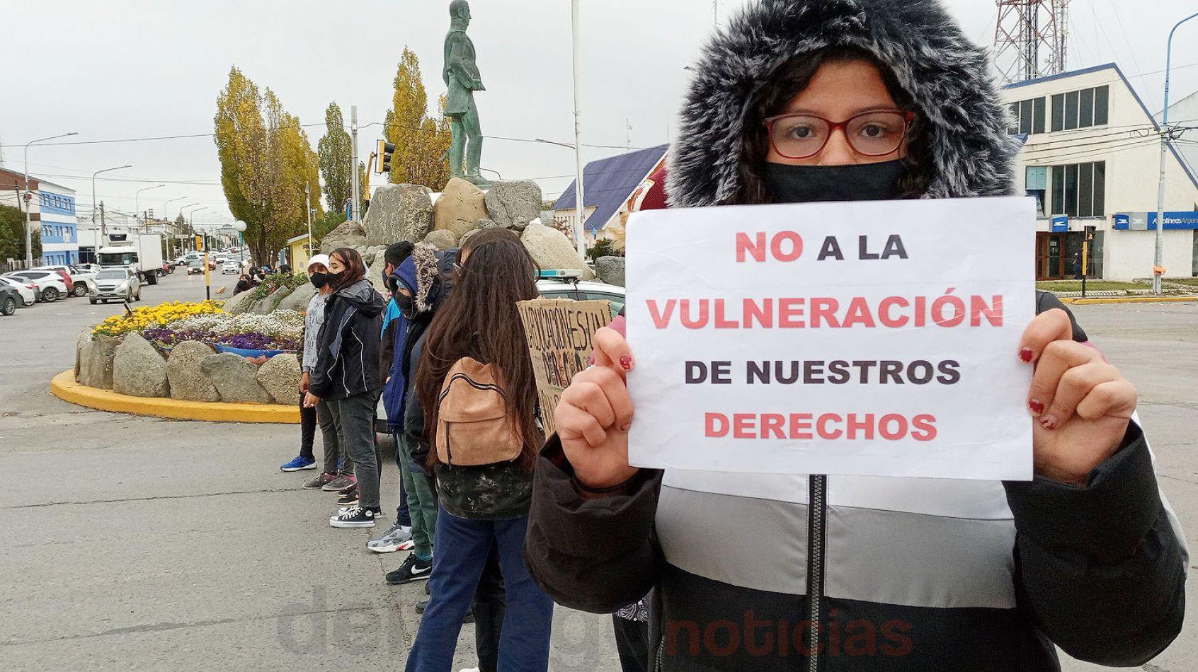 Los chicos piden soluciones en la situación edilicia del Antártida Argentina.