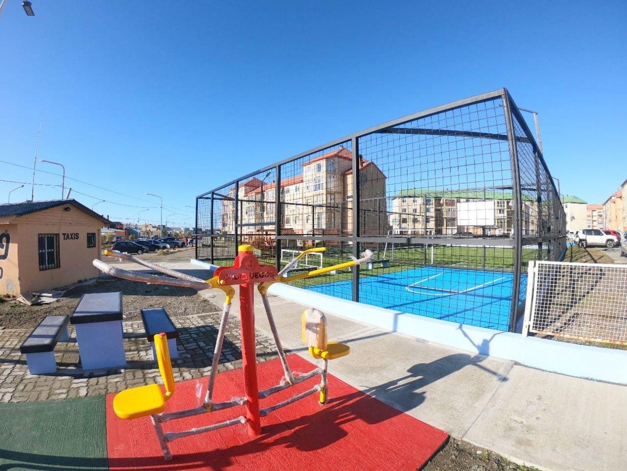El nuevo playón deportivo está ubicado en Av. Prefectura Naval y Santa Rosa, en el B° Chacra II.