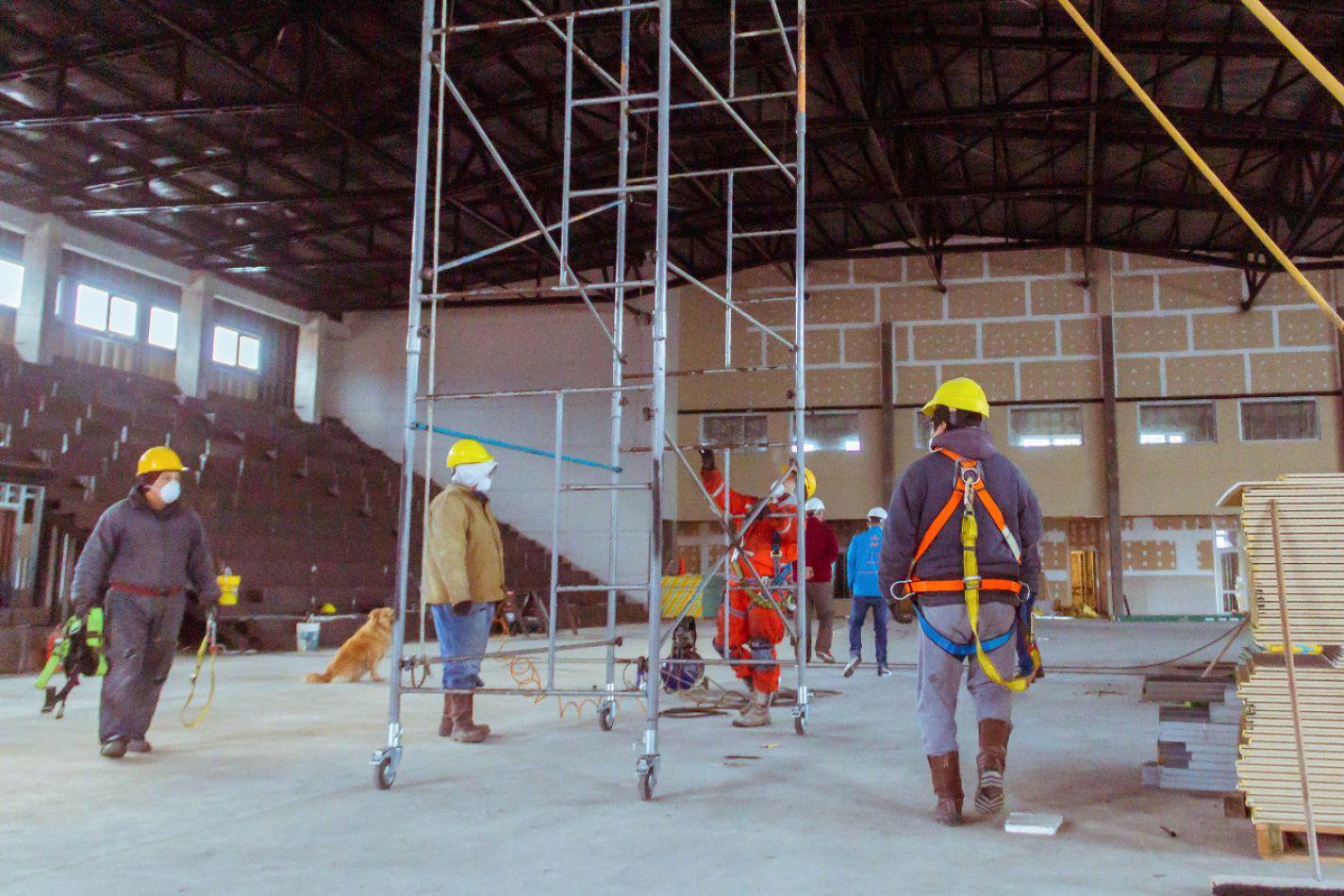 La Ministra de Obras y Servicios Públicos de Tierra del Fuego AIAS Gabriela Castillo, recorrió la obra del nuevo gimnasio María Auxiliadora.