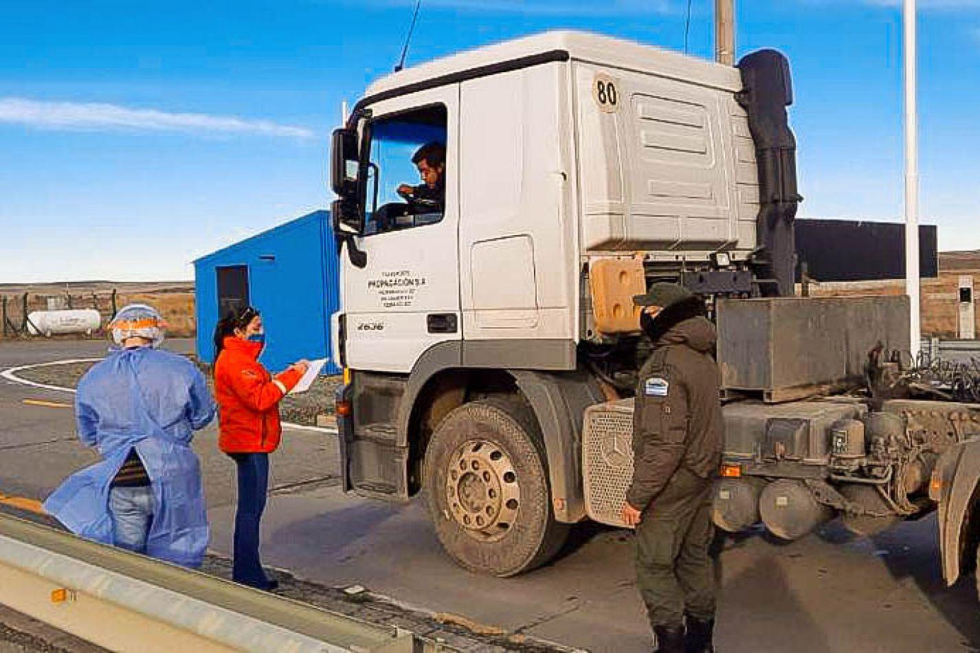 Operativo de hisopados a los camioneros que comenzaron a ingresar a la provincia luego de resolverse el conflicto de los transportistas chilenos.