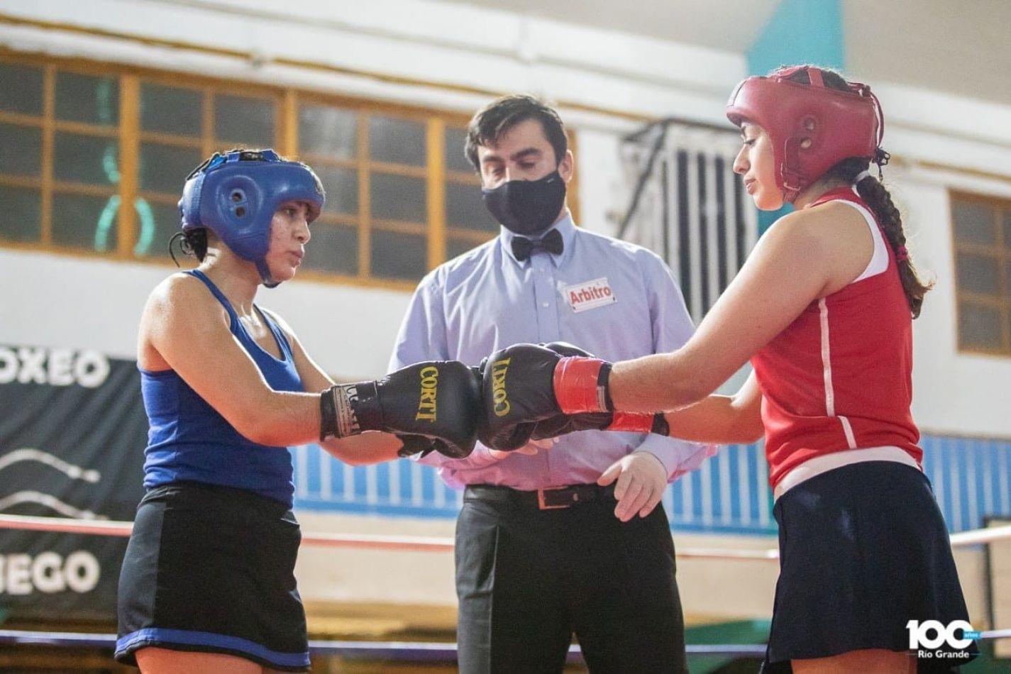 Deportistas de la ciudad se lucieron en el Festival de Boxeo
