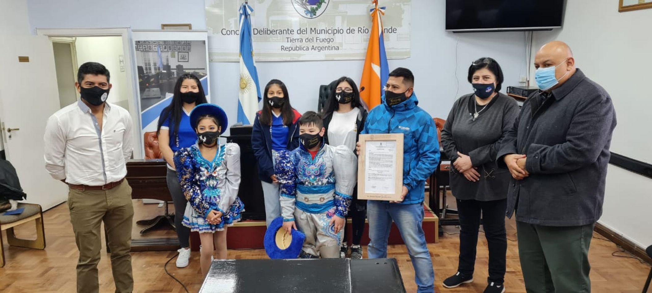 """Ediles hicieron entrega de una declaración de Interés expresando beneplácito por la labor de la """"Comparsa Folclórica Raíces Andinas""""."""