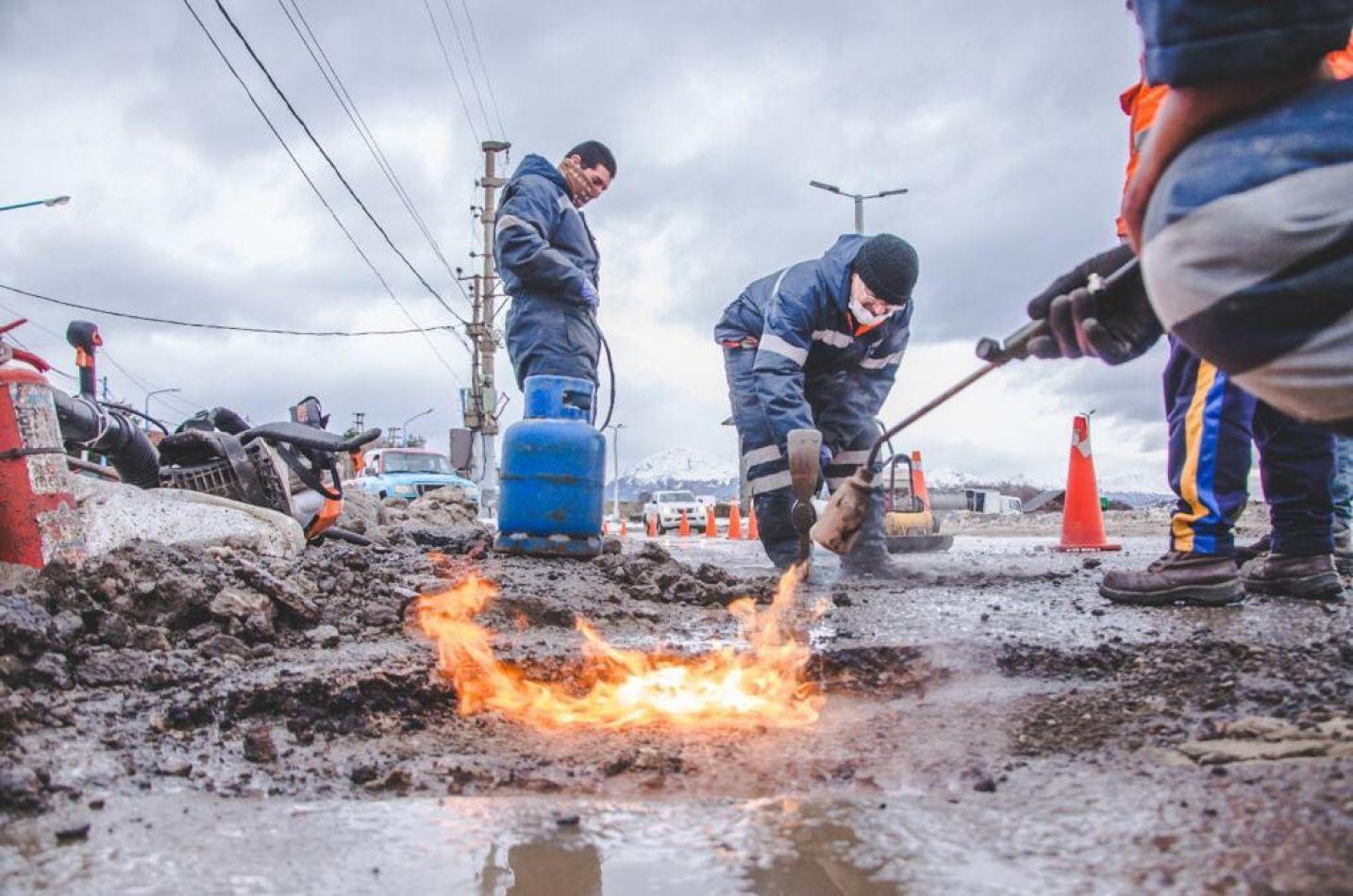 Municipio de Ushuaia prueba un nuevo producto asfáltico para aplicar a trabajos de bacheo y mantenimiento