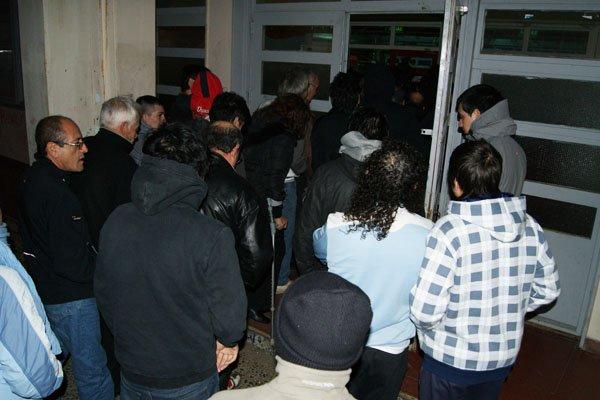 Cientos de personas debieron esperar casi una hora para la apertura de la Escuela 21.