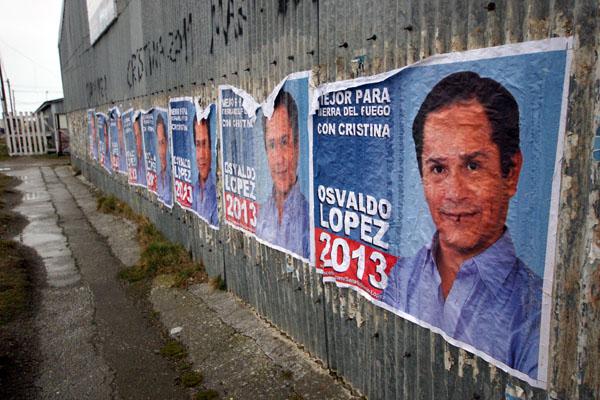 Los afiches de Osvaldo López ya aparecieron en las paredes de la ciudad.
