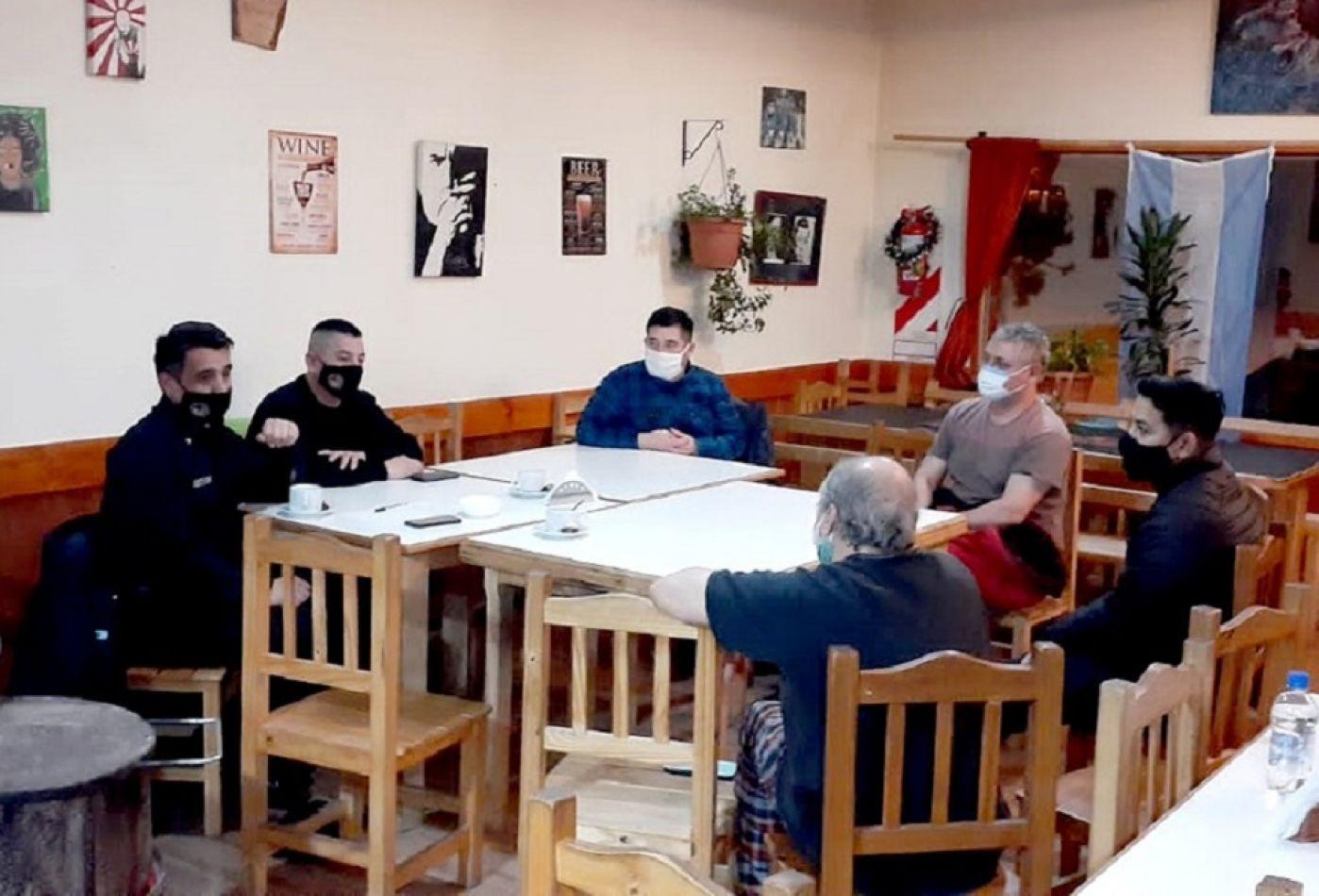 Comisarios de Tolhuin mantuvieron un encuentro con los vecinos referentes de distintos barrios.