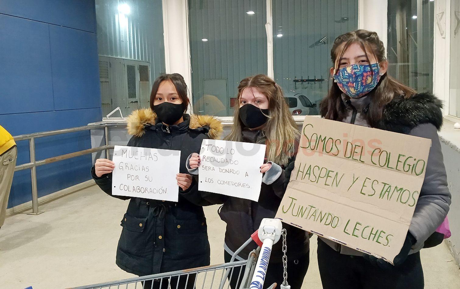 Alumnas del colegio Haspen participaron de la Jornada Solidaria en la puerta de La Anónima.