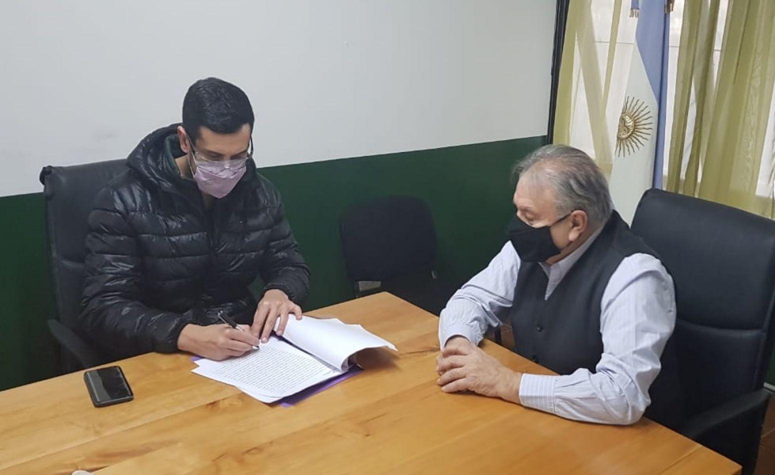 Andrés Sebastián Stella, gerente de RR.HH. de Aires del Sur, firma el convenio junto al Ing. Mario Ferreyra.