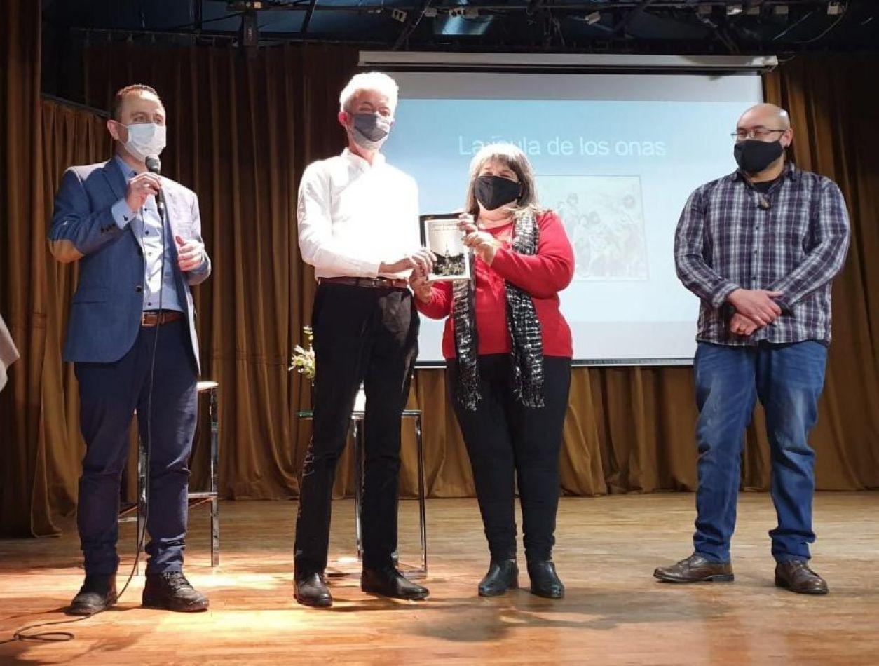 Integrantes de la comunidad Selknam: Margarita Maldonado y Miguel Pantoja, quienes subieron al escenario a recibir un reconocimiento por su labor.