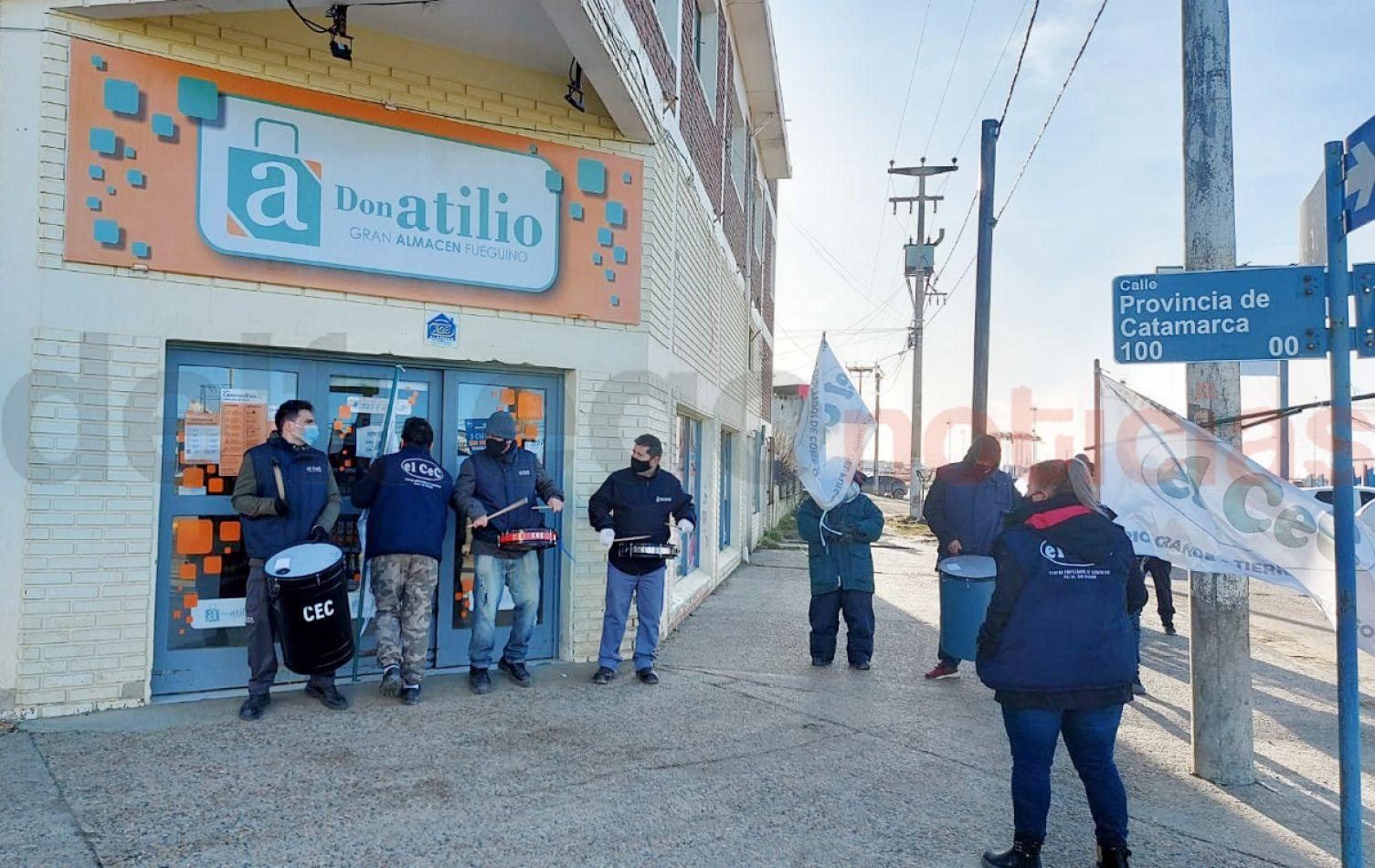Integrantes del CEC se manifestaron en la puerta de Don Atilio. (Foto: Gentileza Mighens Guzmán).