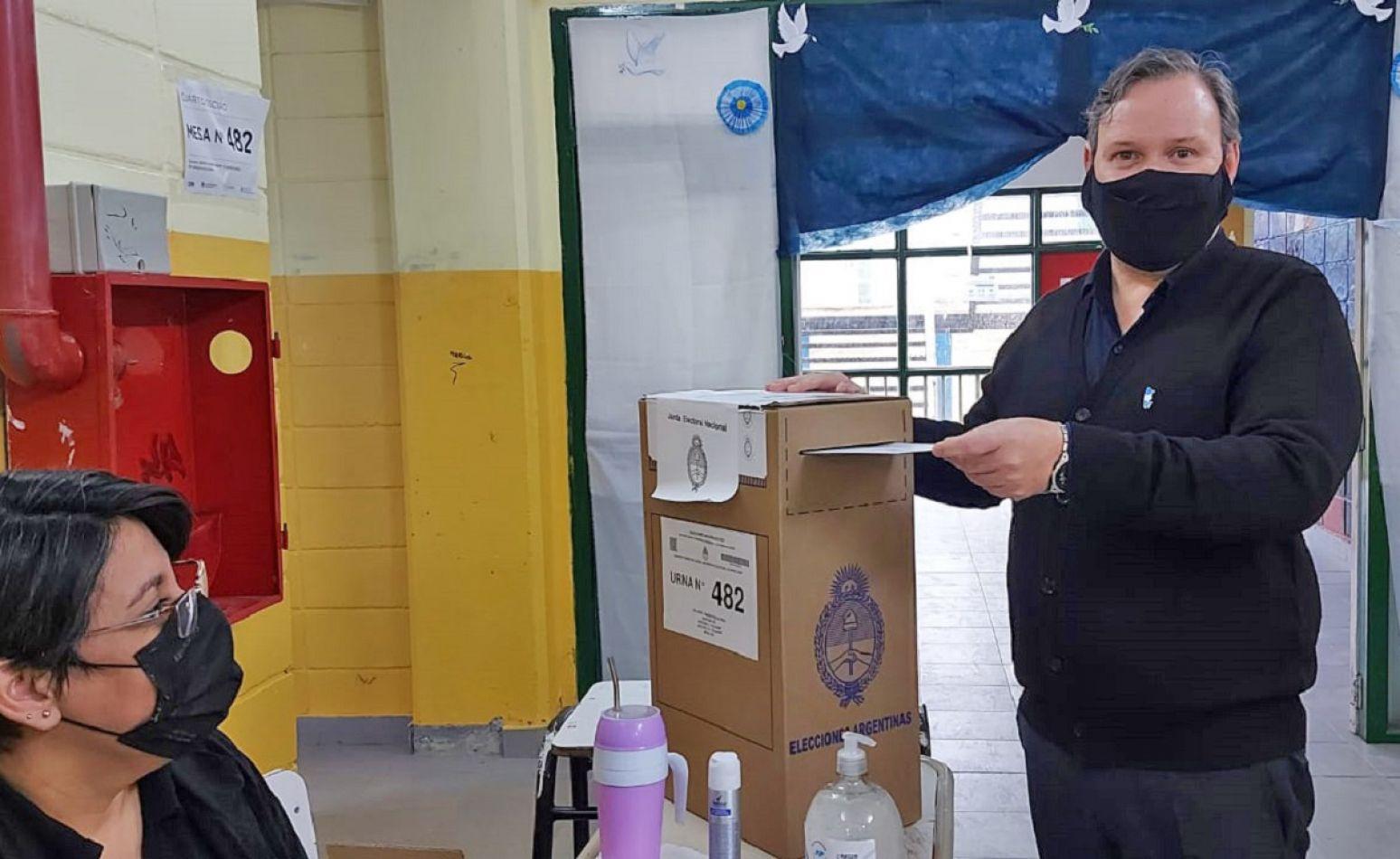 Norberto Dávila votó en el colegio Trejo Noel.