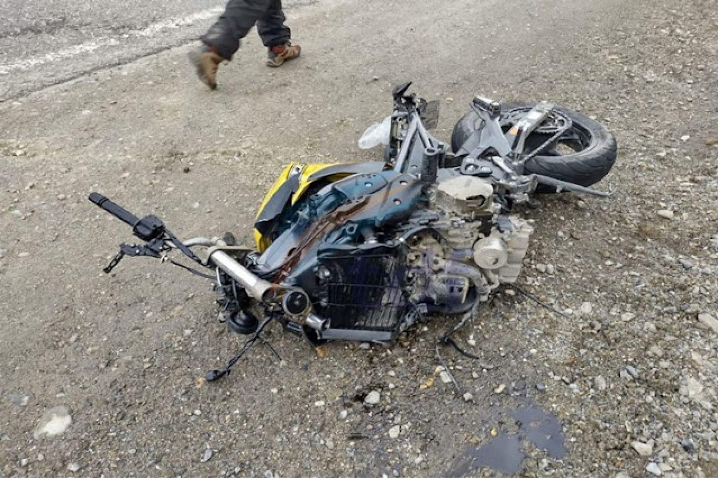 En el incidente murió el conductor de la moto.