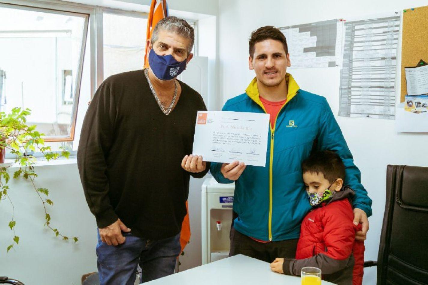 Docente de educación física Nicolas Rhin,junto a funcionarios del Ministerio de Educación.