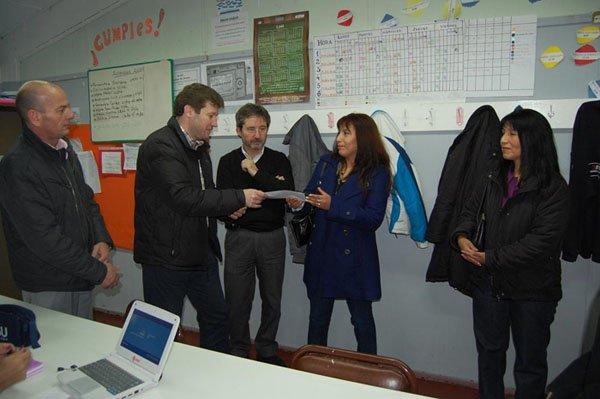 Melella entrega el subsidio a las autoridades educativas.