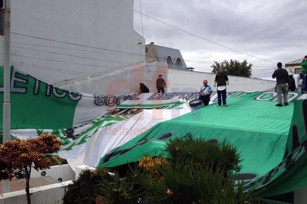 El Sindicato de Camioneros copó el edificio municipal. (Foto gentileza: Ana Bordón)