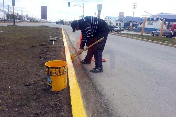 El pintado de cordones, una de las tareas encaradas por el Municipio de Río Grande.