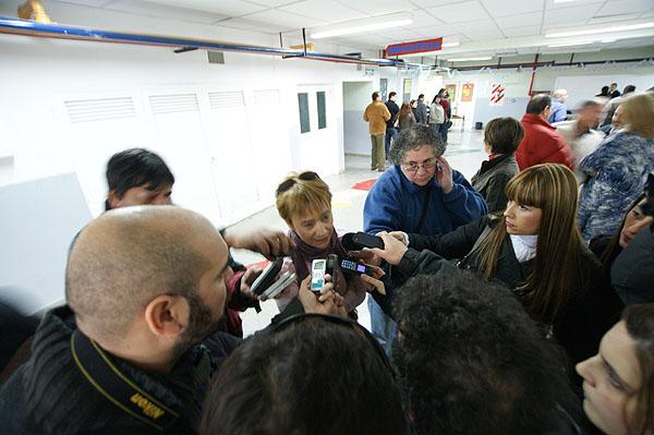 Fabiana Ríos ante el asedio de la prensa.