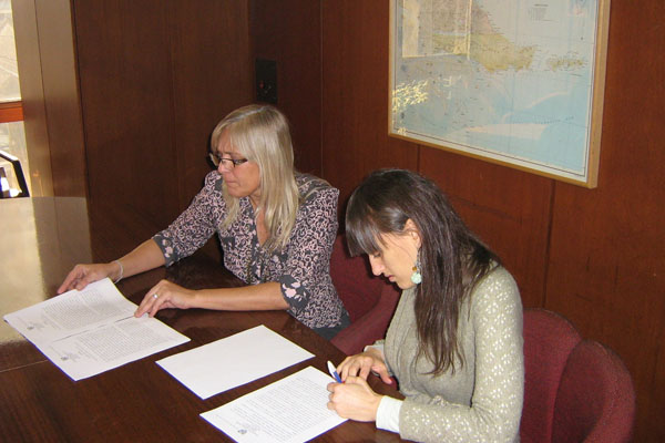 Gobeirno y Roch firman el acuerdo.