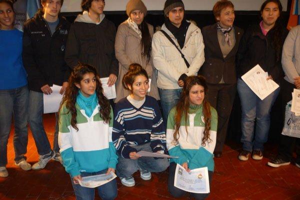 Algunos de los ganadores del concurso fueguino junto a Fabiana Ríos.