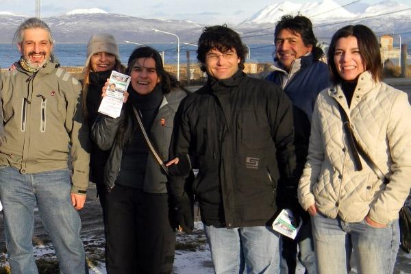 Raimbault y militantes, durante la caminata en Ushuaia.