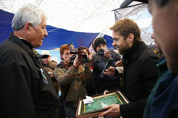 Federico Sciurano entrega a Atilio González el emotivo presente.