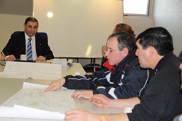 El ministro Manuel Benegas, durante la reunión con productores de Almanza.