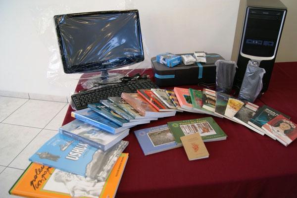 Libros y computadores que fueron donados por Educación.